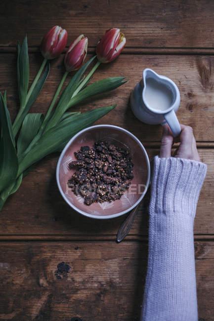 Какао гречневая гранола с миндальным молоком — стоковое фото