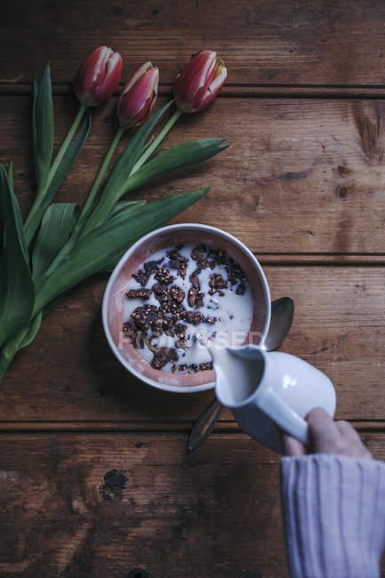 Muesli di grano saraceno di cacao con il latte di mandorla — Foto stock