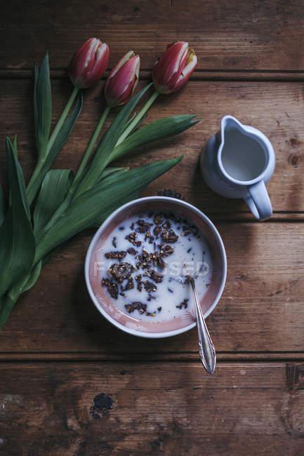 Granola de trigo sarraceno de cacao con leche de almendras - foto de stock