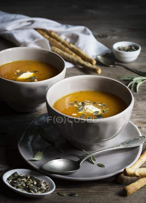 Kürbis Cremesuppe in graue Schalen — Stockfoto