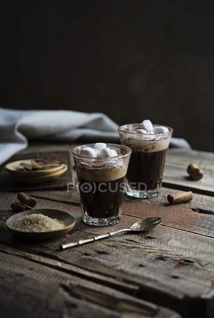 Café con crema y malvavisco - foto de stock