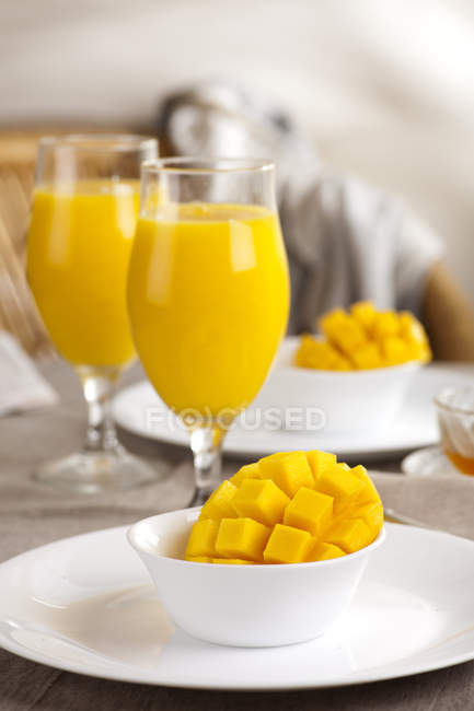 Fresh mango with mango smoothie — Stock Photo