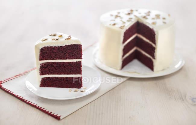 Trois couches de gâteau rouge velours — Photo de stock