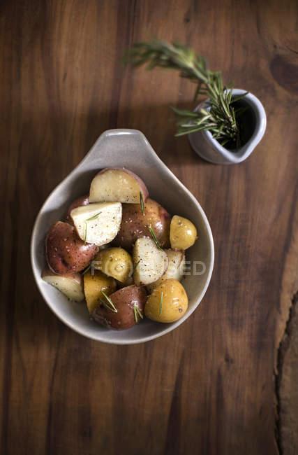Tigela de batatas temperadas — Fotografia de Stock