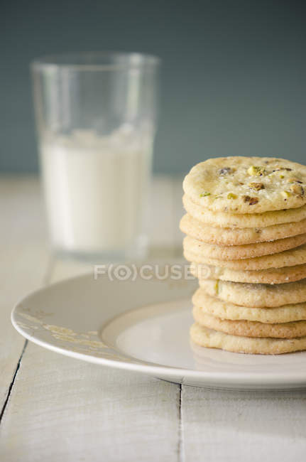 Cookies and glass of milk — Stock Photo