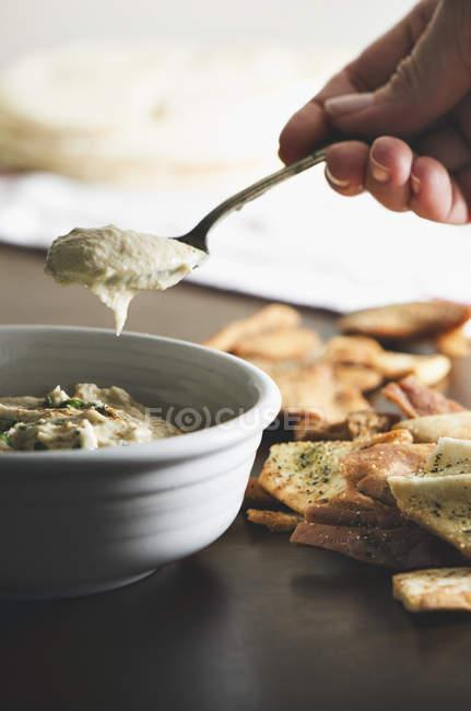 Хумус с лаваш фишек — стоковое фото