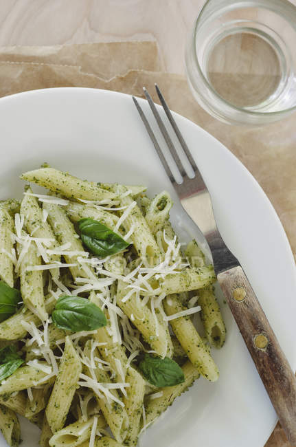 Pasta mit Pesto auf Platte — Stockfoto