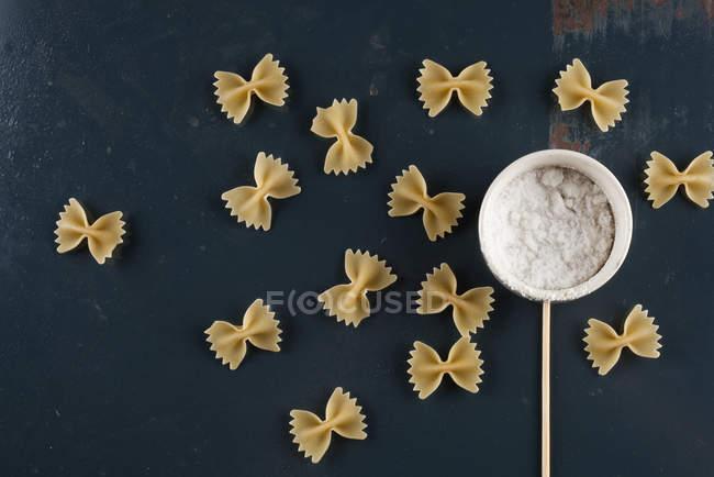 Pâtes Farfalle et le sel dans un bol — Photo de stock