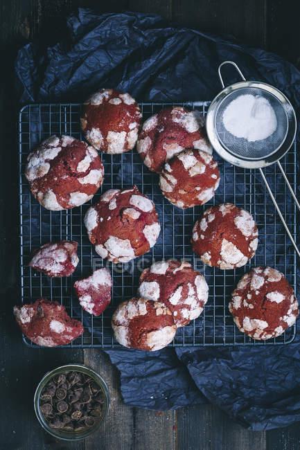 Biscotti crinkle rossi del velluto — Foto stock