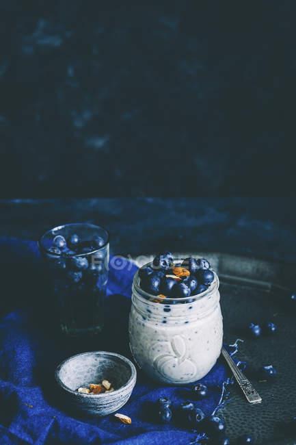 Чорниця йогурт з насіння чіа і мигдалем — стокове фото