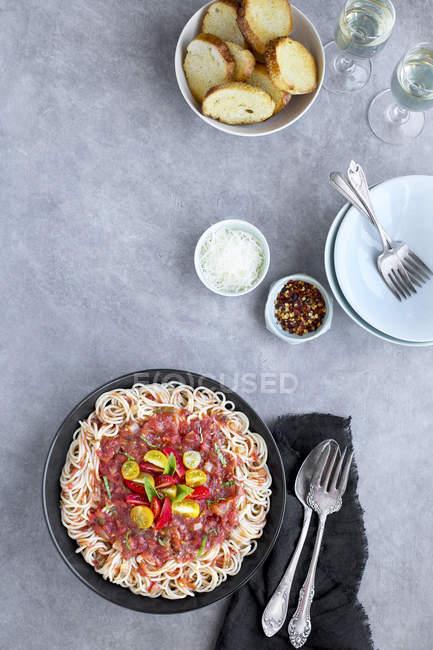 Sauce tomate et basilic au riz Spaghetti — Photo de stock
