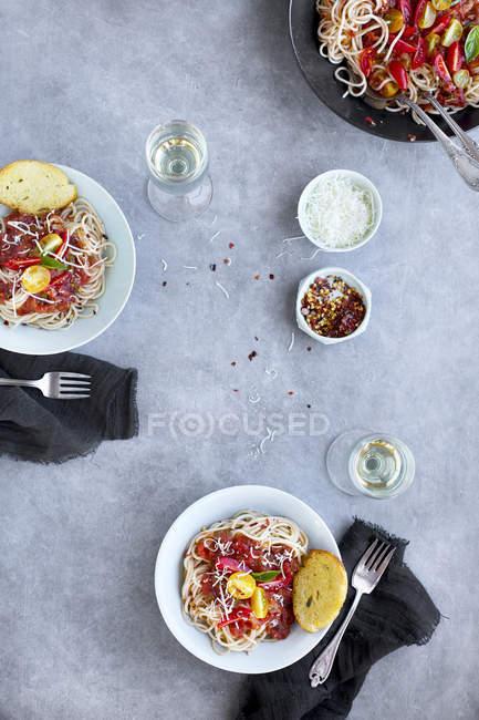 Tomaten-Basilikum-Sauce über Reisspaghetti — Stockfoto