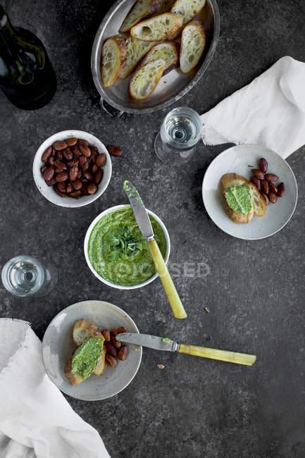 Pesto di basilico di rucola all'erba cipollina — Foto stock