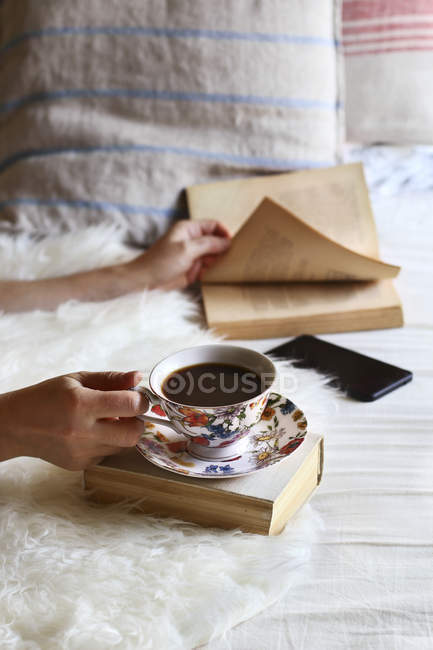 Frau, trinken Kaffee und Lektüre — Stockfoto