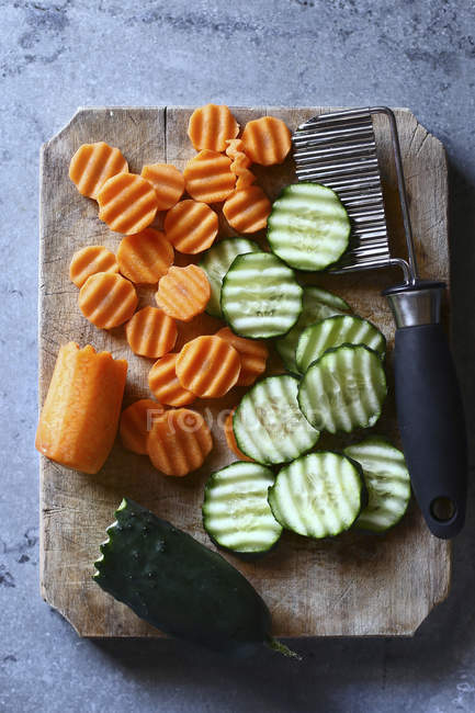 Ribbed cut sliced carrots and cucumber — Stock Photo