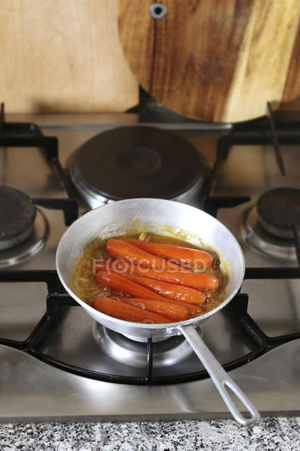 Querida cenouras vidradas no pan — Fotografia de Stock