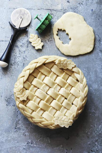 Torta non cotta con reticolo intrecciato — Foto stock
