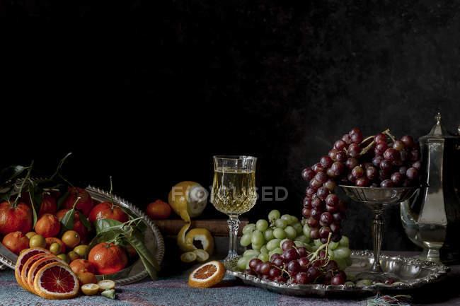 Frutas en bandeja de metal y soporte - foto de stock