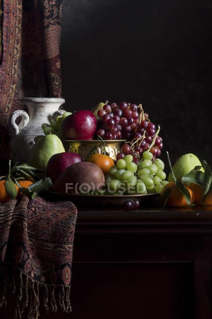 Früchte in Vase mit Krug — Stockfoto