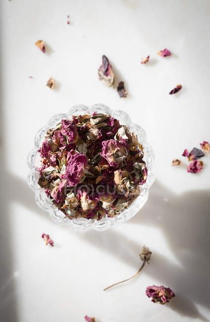Высушенные лепестки розы — стоковое фото