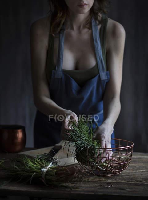 Mujer celebración agretti - foto de stock