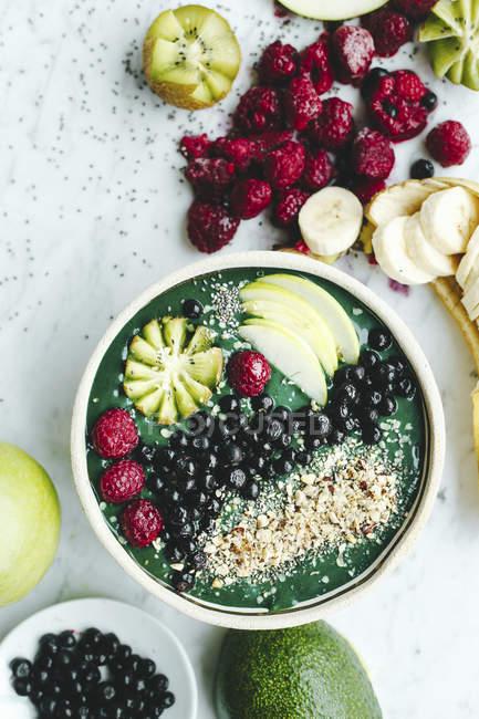 Зеленый пюре с авокадо и спирулины — стоковое фото