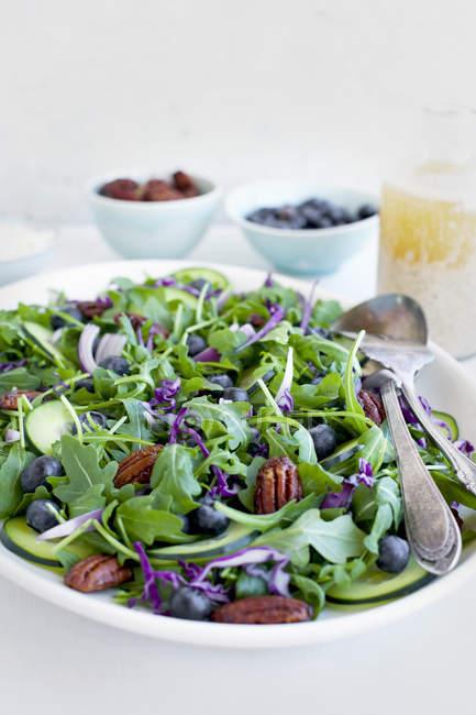 Pekannüsse mit Feta und Rucola-Salat — Stockfoto