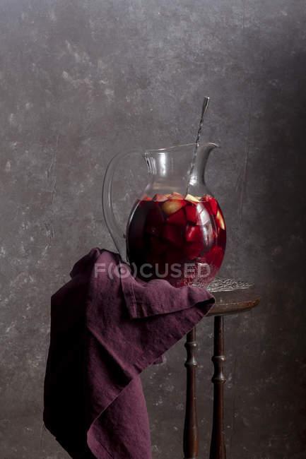 Sangría roja en la jarra - foto de stock
