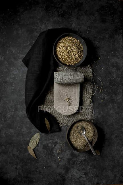 Cominho e coentro em taças — Fotografia de Stock