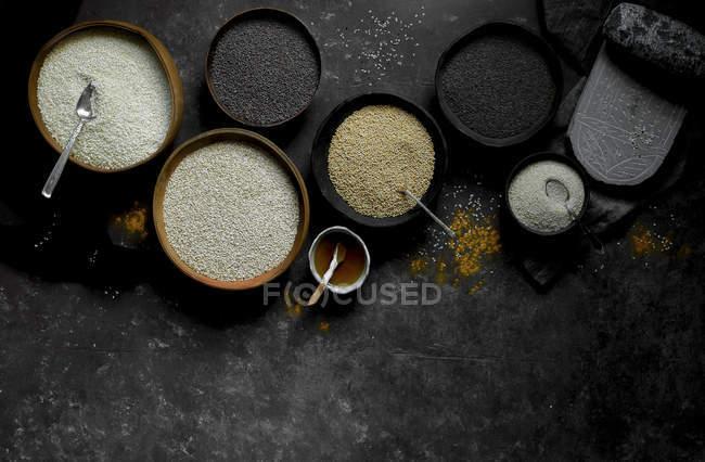 Schwarze und weiße Sesamsamen — Stockfoto