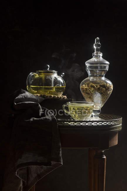 Thé de chrysanthème dans la tasse et théière — Photo de stock
