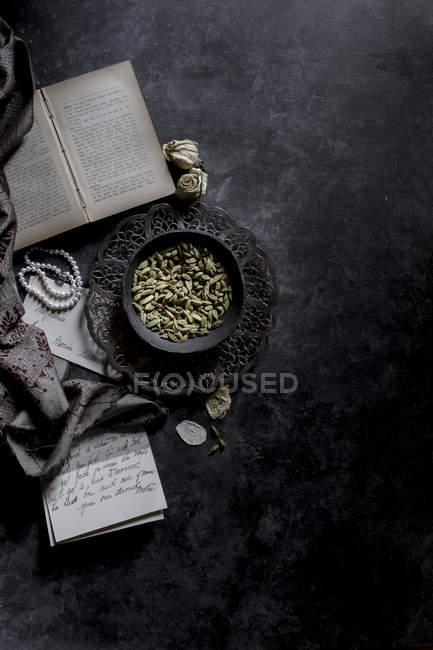 Especias de cardamomo en tazón de fuente - foto de stock