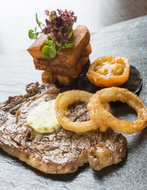 Anelli di cipolla e bistecca — Foto stock
