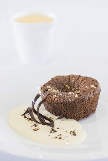 Budín de brownie de chocolate con crema pastelera - foto de stock