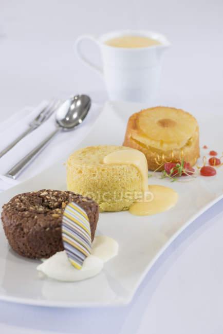 Brownie de chocolate y postres con crema pastelera - foto de stock