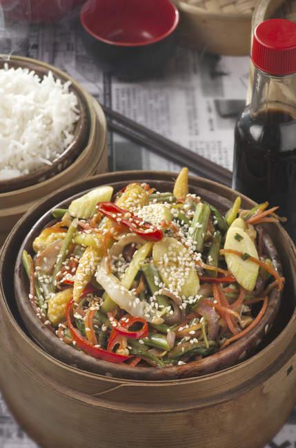 Китайська Stir-смажити овочі з соєвим соусом — стокове фото