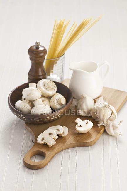 Ингредиенты для спагетти с грибным соусом — стоковое фото
