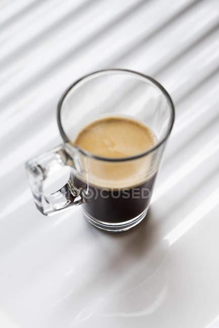 Черный кофе в чашке — стоковое фото