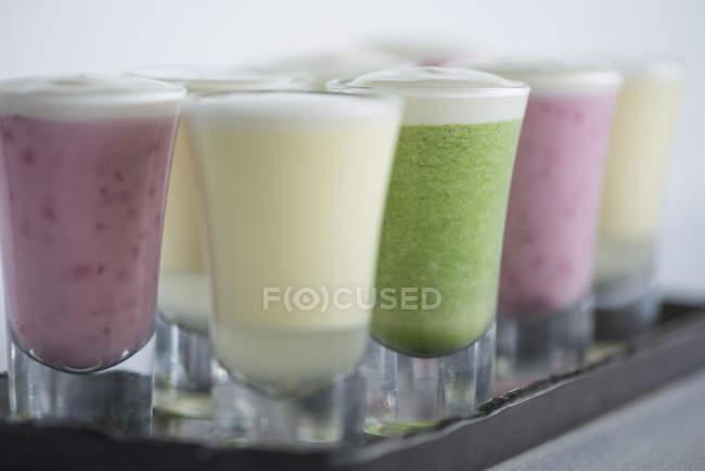 Batidos de frutas con aderezo de yogurt - foto de stock