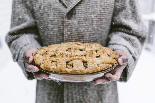 Чоловічої руки проведення яблучний пиріг — стокове фото