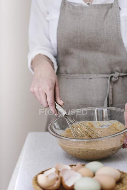 Жінка змішування тісто для кекси — стокове фото
