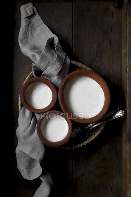 Yogurt fatto in casa in vasi di ceramica — Foto stock