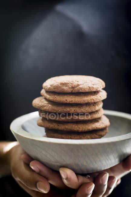 Жіночих рук проведення Брауні печиво — стокове фото