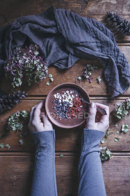 Женщина ест шоколадный смузи — стоковое фото