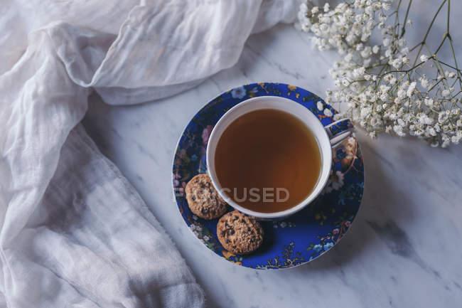 Чашка травяного чая и печенья — стоковое фото