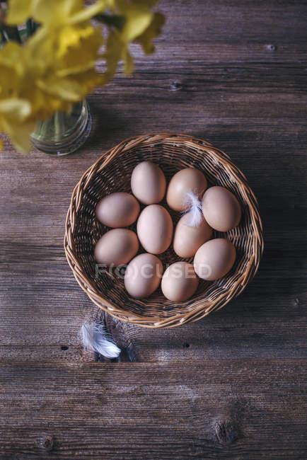 Ovos de galinha na cesta — Fotografia de Stock