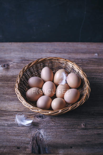 Куриные яйца в корзину — стоковое фото