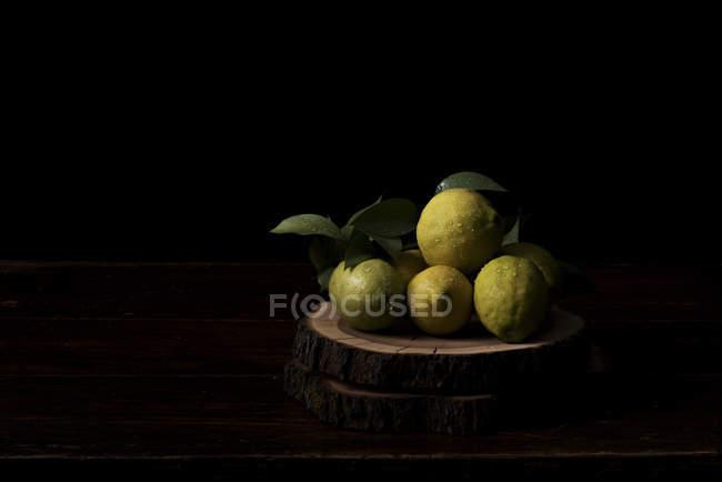 Limões picados na placa de desbastamento — Fotografia de Stock