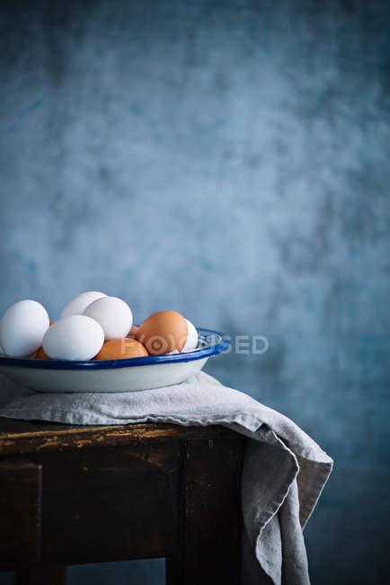 Свежие яйца в миске — стоковое фото