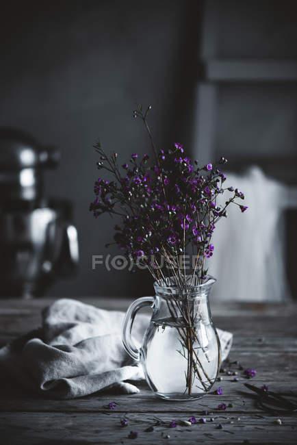 Flores em um vaso com água — Fotografia de Stock